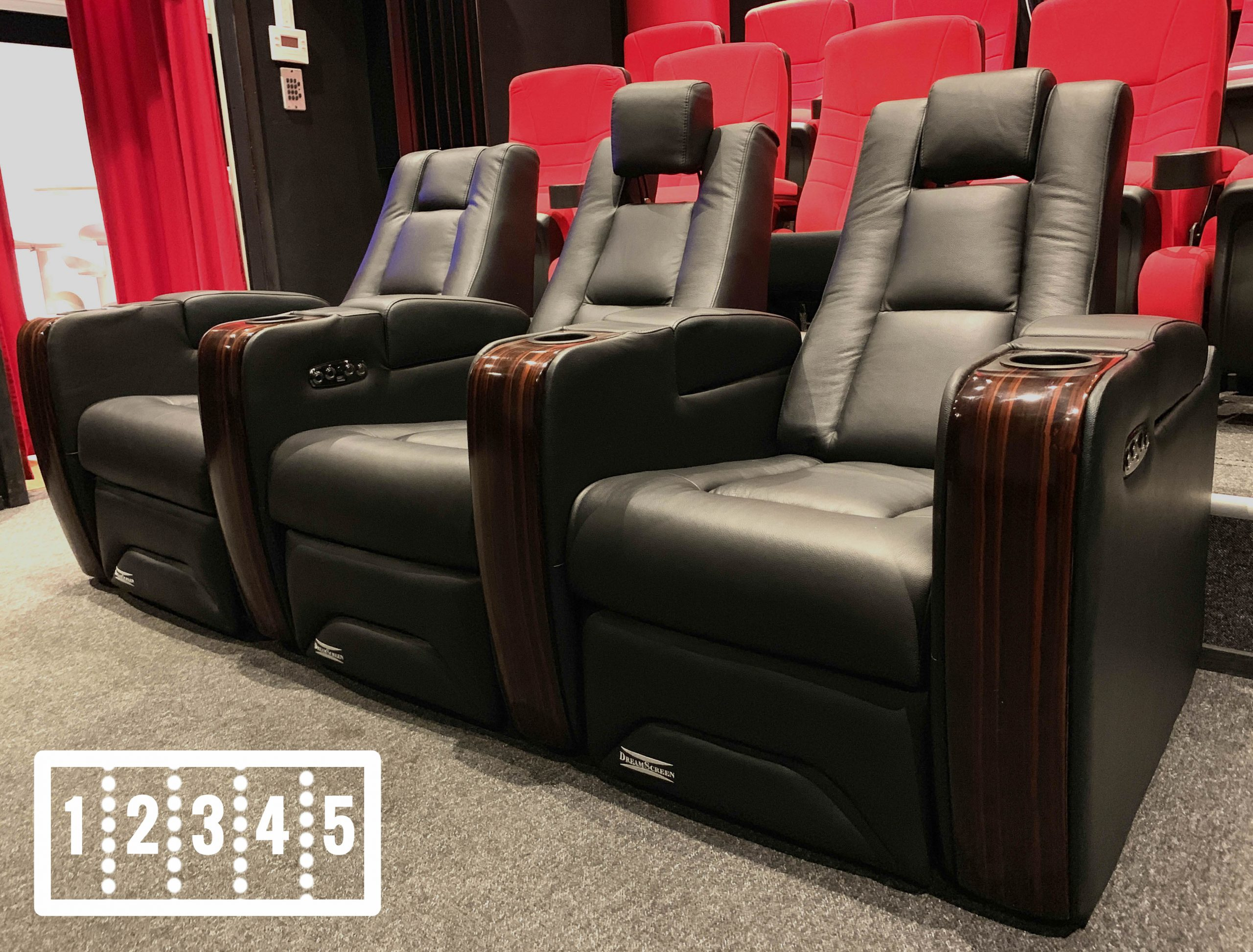 DREAMSCREEN CINESEAT PROMOTOR V4 MOTORISERT RECLINER 5-SETER SKINN SORT LOVESEAT POWERBUY